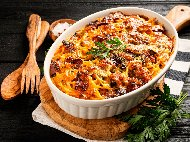 Рецепта Спагети, печени в тава на фурна, с доматен сос, телешка кайма и зеленчуци